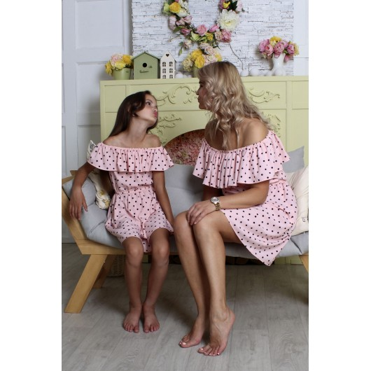 Платье розовое со спущенными плечами в горошек